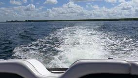estela del Blanco-agua creada del motor del barco en el agua abierta, 4K almacen de metraje de vídeo