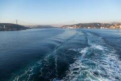 Estela en el estrecho de Bosphorus del agua Fotos de archivo libres de regalías