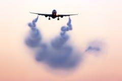 Estela turbulenta que visualiza detrás del aeroplano imagen de archivo libre de regalías