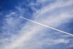Estelas de vapor del aeroplano Fotos de archivo libres de regalías