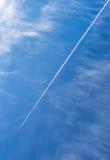 Estelas de vapor del extractor del motor del avión de reacción del vuelo en día soleado imágenes de archivo libres de regalías