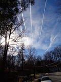 Estelas de vapor del jet de la última hora de la tarde en el cielo del invierno Foto de archivo