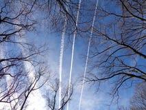 Estelas de vapor sobre Arlington VA Fotos de archivo