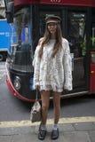 Estelle Pigault que lleva un punto blanco, bolso de Chloe, deslizadores, calcetines, casquillo plano durante Londres moda semana  Fotos de archivo