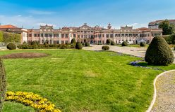 Estense宫殿Palazzo Estense庭院在春天,是一个瓦雷泽,意大利最普遍的地方  免版税库存照片