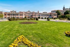 Estense宫殿Palazzo Estense庭院在春天,是一个瓦雷泽,意大利最普遍的地方  库存图片