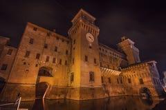 Estense slott av renässansstaden av Ferrara på natten arkivfoton