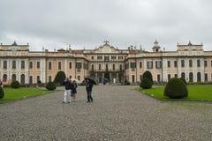 Estensepaleis, of Palazzo Estense, de woonplaats van Franchesco III D 'Este, en mooi groen park i royalty-vrije stock foto