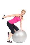 Estensione del Triceps di Dumbbell sulla sfera di forma fisica Fotografie Stock Libere da Diritti