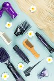 Estensioni degli strumenti e dei capelli di lavoro di parrucchiere su fondo di legno blu Vista superiore fotografia stock libera da diritti