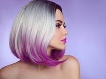 Estensioni tinte variopinte dei capelli di Ombre Taglio di capelli di modo MOD di bellezza fotografie stock libere da diritti