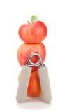 Estensore carpale prima di una pila di tre mele rosse Immagine Stock
