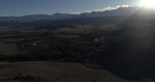 Estepa en la puesta del sol, tiro de Kurai en el abejón, Altai, Rusia almacen de metraje de vídeo