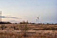 Estepe, arbusto e turbinas eólicas Fotografia de Stock