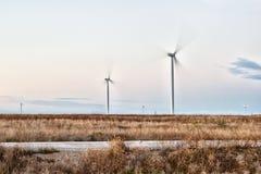 Estepe, estrada e turbinas eólicas Fotos de Stock