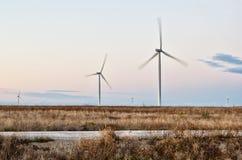Estepe, estrada e turbinas eólicas em Crimeia Imagens de Stock