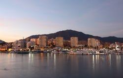 Estepona,西班牙海滨广场黄昏的 免版税库存照片