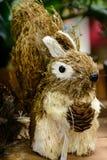 Ester Eggs Bunny con el cono del pino Imagenes de archivo