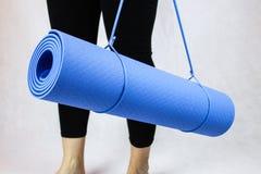 Estera azul de la yoga Imágenes de archivo libres de regalías
