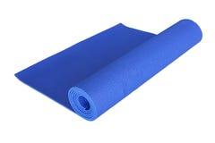 Estera azul de la yoga aislada en blanco Fotos de archivo