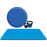 Estera, bola y pesos del ejercicio aislados en el fondo blanco Fotos de archivo libres de regalías