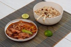 Estera con arroz y carne cocinados con las verduras Fotografía de archivo