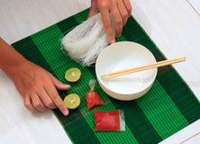 Estera con los tallarines de fideos secos del arroz Foto de archivo libre de regalías