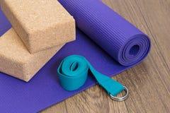 Estera, correa y bloques de la yoga Imagenes de archivo