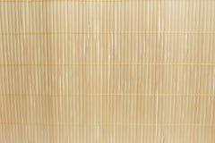 Estera de bambú de Brown en el fondo blanco de tabla de cocina Fotos de archivo libres de regalías