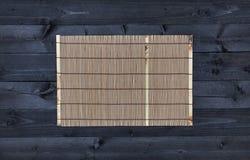 Estera de bambú en la tabla de madera, visión superior imagen de archivo libre de regalías
