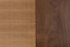 Estera de bambú en la tabla de madera Visión superior Fotografía de archivo
