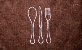 Estera de Brown para las bifurcaciones y las cucharas de la cocina foto de archivo libre de regalías