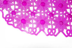 Estera de goma púrpura para el baño con el estampado de plores como fondo Fotografía de archivo libre de regalías
