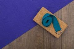 Estera de la yoga con el bloque y la correa Fotografía de archivo