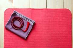 Estera de la yoga con las gotas del mala Fotografía de archivo libre de regalías