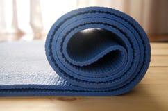 Estera de la yoga con las gotas del mala Imágenes de archivo libres de regalías