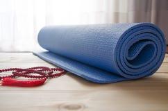 Estera de la yoga con las gotas del mala Foto de archivo