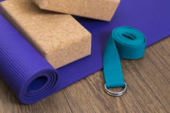 Estera de la yoga con los bloques y la correa Foto de archivo