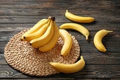 Estera de mimbre con los plátanos deliciosos fotografía de archivo
