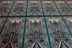 Estera de rezo verde en la mezquita fotos de archivo libres de regalías