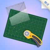 Estera del corte, regla transparente cuadrada con la escala del milímetro y Imagen de archivo