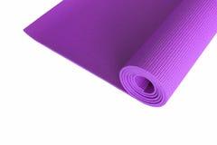 Estera púrpura de la yoga aislada en blanco Imágenes de archivo libres de regalías