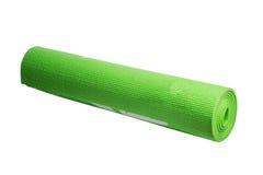 Estera verde de la yoga en un fondo blanco Foto de archivo libre de regalías