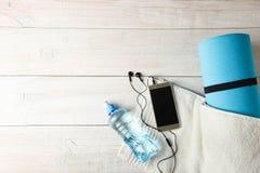 Estera y botella gimnásticas de agua imagen de archivo