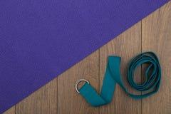 Estera y correa de la yoga Imagenes de archivo