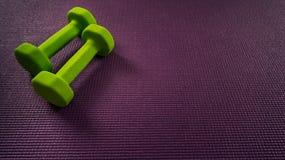 Estera y pesas de gimnasia de la yoga con el espacio para el texto Motivación Fotos de archivo libres de regalías
