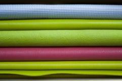 Esteras coloridas de la yoga en clase foto de archivo