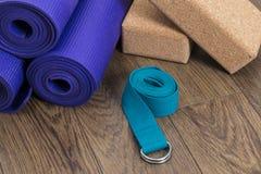 Esteras de la yoga con la correa y los bloques Imagen de archivo libre de regalías