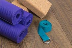 Esteras de la yoga con los bloques y la correa Imagen de archivo libre de regalías