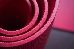 Esteras rojas del gimnasio de la espuma de la yoga y de los pilates de la aptitud Fotografía de archivo libre de regalías